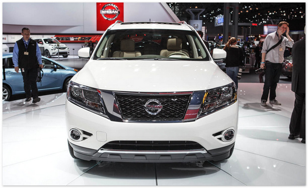 Nissan Pathfinder 2014 (вид спереди)