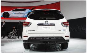 Nissan Pathfinder 2014 (вид сзади)