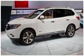 Nissan Pathfinder 2015 (вид сбоку)
