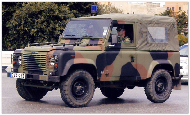армейский Land Rover Defender 90