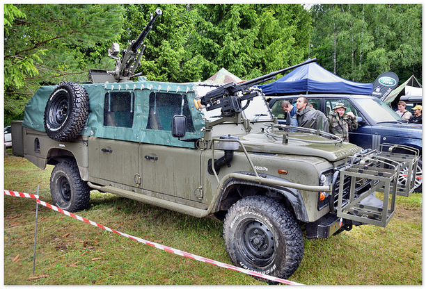 военный Land Rover Defender 110